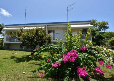 Location meublée Ixora et son joli bougainvillier rose fushia